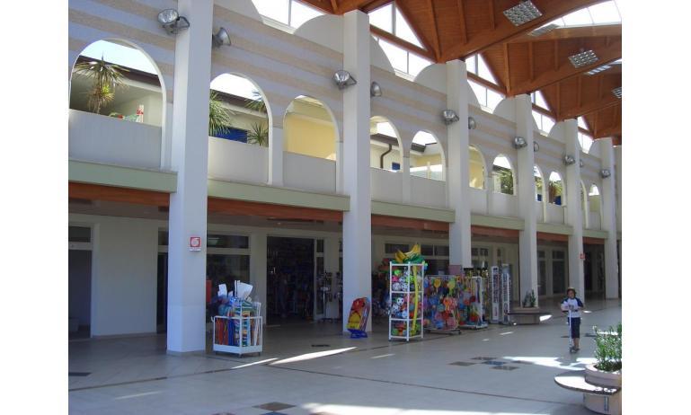 residence LA QUERCIA: galleria con negozi