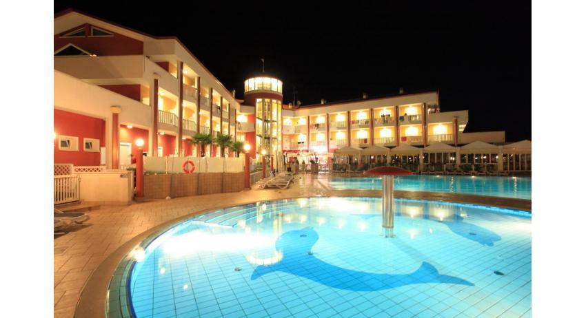 hôtel OLYMPUS: extérieur pendant la nuit