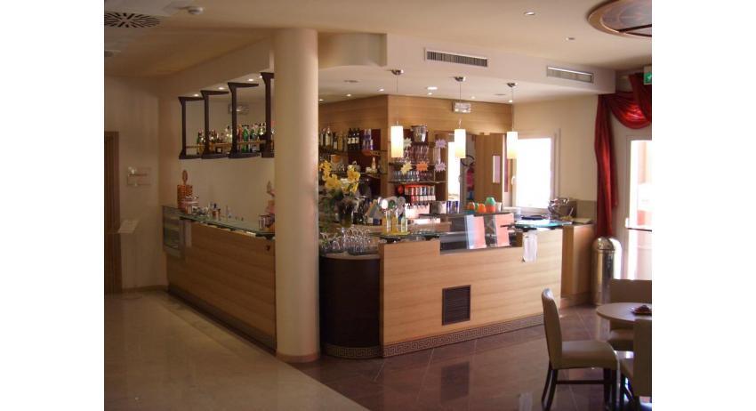 hôtel OLYMPUS: bar du hall