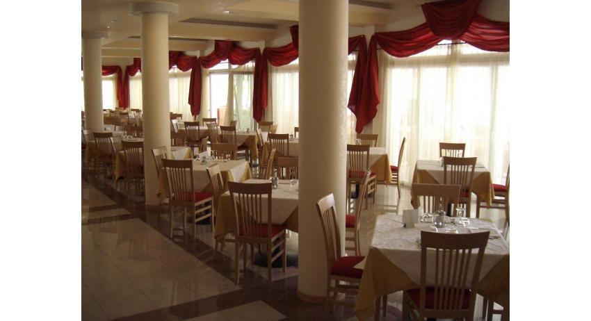 hôtel OLYMPUS: salle de petit-déjeuner
