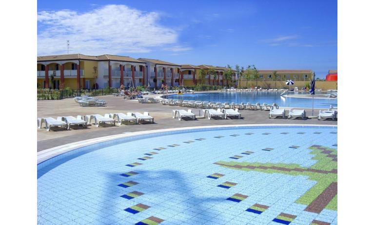 residence AI PINI: esterno con piscina