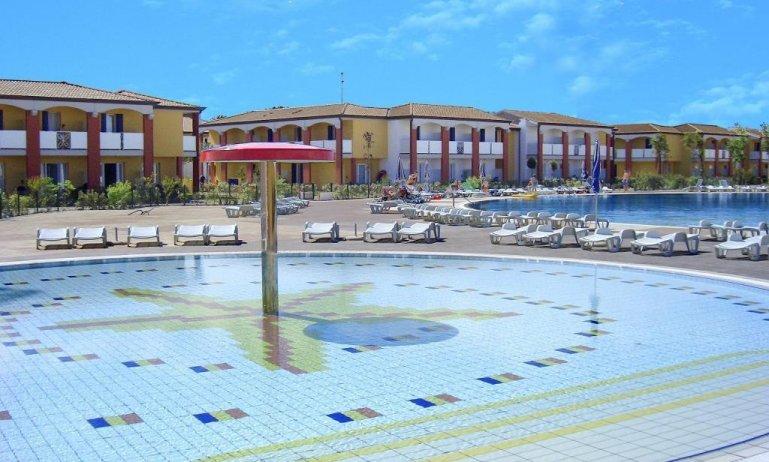 esterno con piscina per bambini