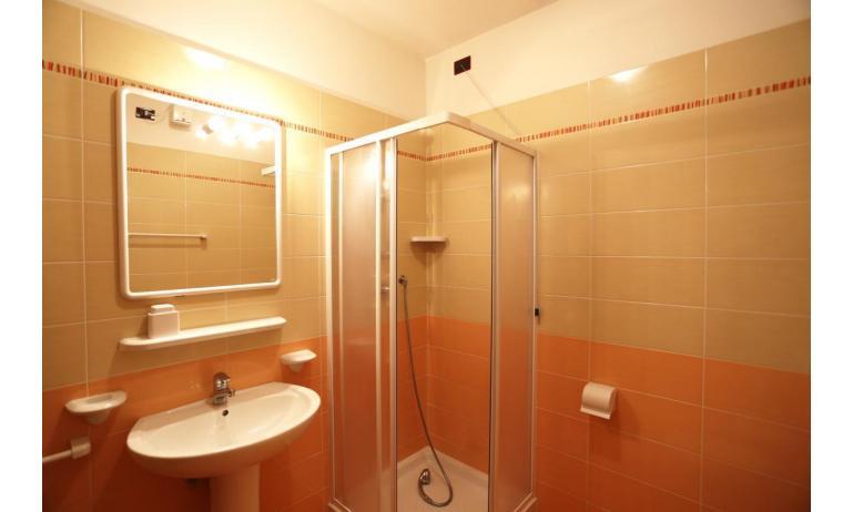 residence AI PINI: B5V - bagno con box doccia (esempio)