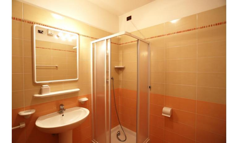 residence AI PINI: C7V - bagno con box doccia (esempio)
