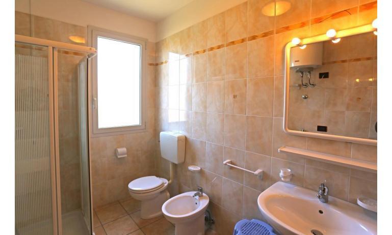 residence LA QUERCIA: B5V - bagno con box doccia (esempio)