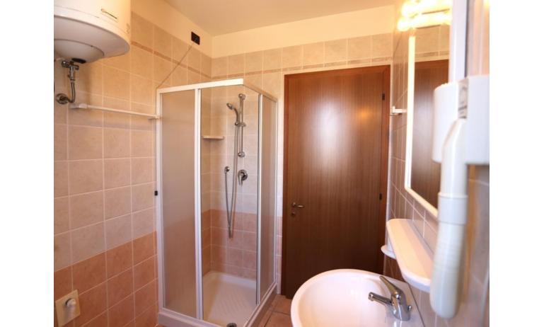 residence AI GINEPRI: C7 - bagno con box doccia (esempio)