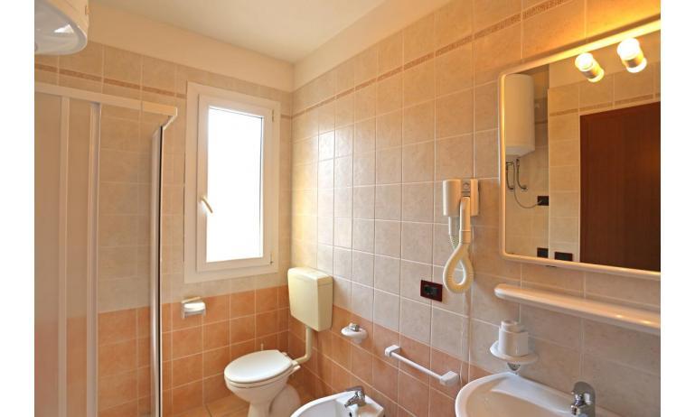 residence AI PINI: B5 - bagno con box doccia (esempio)