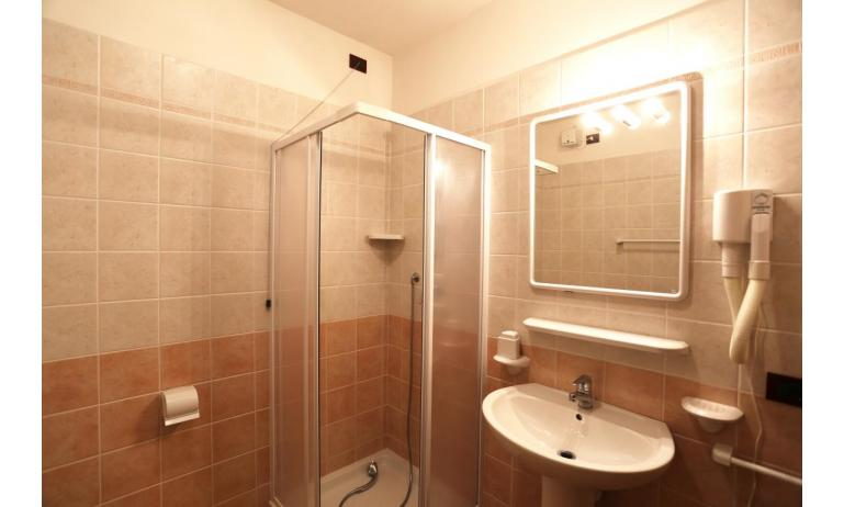 residence AI PINI: C7 - bagno con box doccia (esempio)