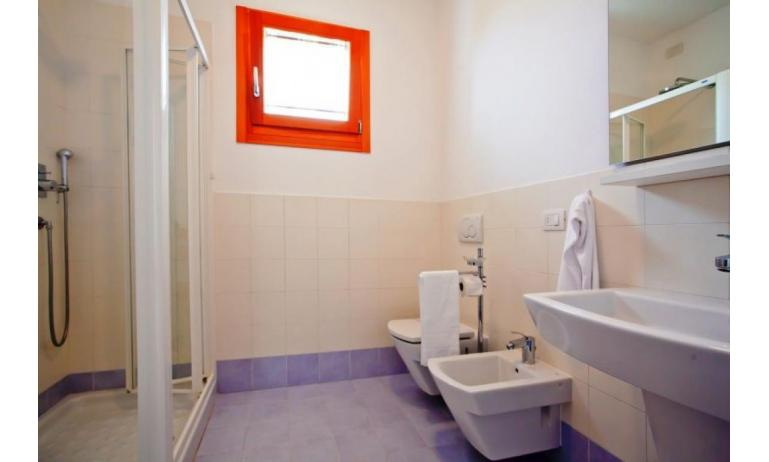 residence VILLAGGIO AMARE: B4/H - bathroom with a shower enclosure (example)