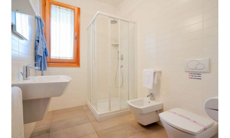 residence VILLAGGIO LAGUNA BLU: C6/I - bathroom with a shower enclosure (example)